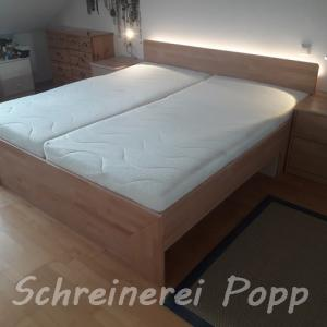 Bett Buche mit Beleuchtung und Nachtkästchen